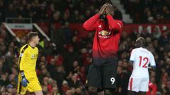 Indosport - Striker Manchester United, Romelu Lukaku, mengekspresikan kekecewaan karena gagal mencetak gol.