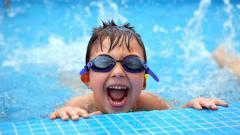 Indosport - Anak kecil saat berenang.