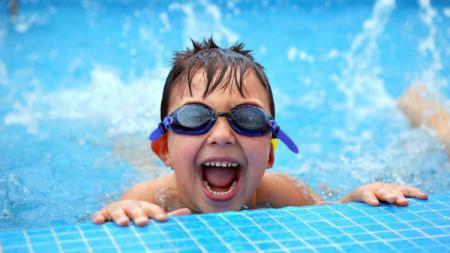 Anak kecil saat berenang. - INDOSPORT