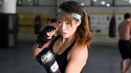 Kabar bahagia datang dari petarung MMA wanita ONE Championship, Angela Lee yang baru saja mengumumkan tengah mengandung anak pertama. - INDOSPORT