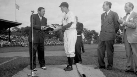 Kapten Yale dan baseman pertama George H. W. Bush bertemu dengan Babe Ruth selama kejuaraan bisbol NCAA tahun 1948. - INDOSPORT