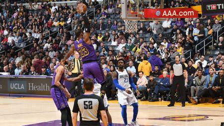 Duel pemain LA Lakers vs Dallas Mavericks. - INDOSPORT