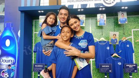 Andrew White bersama istri, Nana Mirdad, dan anak-anaknya bermain futsal di acara Downy. - INDOSPORT