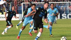 Indosport - Jonathan Bauman dikawal ketat pemain Persela