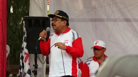 Gubernur Jawa Timur Soekarwo Buka Lomba Gerak Jalan Mojokerto Surabaya 2018. - INDOSPORT