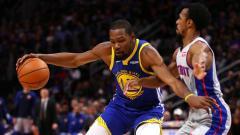 Indosport - Kevin Durant (kiri) dikabarkan akan meninggalkan Golden State Warriors dan bergabung ke New York Knicks musim panas ini.