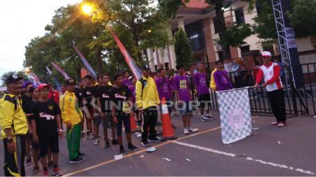 Biasworo ketika melepas peserta gerak jalan Mojokerto Surabaya di Lapangan Surodinawan, Kota Mojokerto. - INDOSPORT