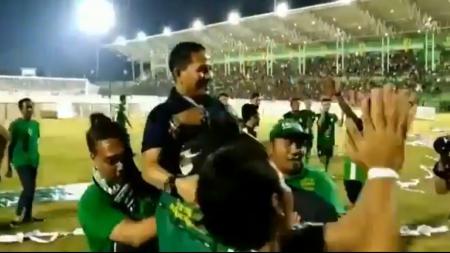 Pelatih Persebaya di gendong para pendukung PSMS Medan - INDOSPORT