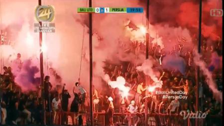 Flare dalam laga Bali United vs Persija Jakarta - INDOSPORT