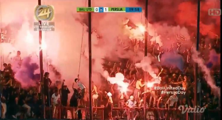 Flare dalam laga Bali United vs Persija Jakarta Copyright: Indosiar