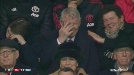Sir Alex Ferguson tertawa saat melihat Manchester United kebobolan. - INDOSPORT