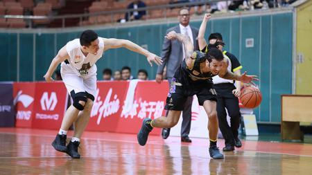 Pemain Macau Black Bears terus menempel pergerakan pemain CLS Knights Indonesia. - INDOSPORT