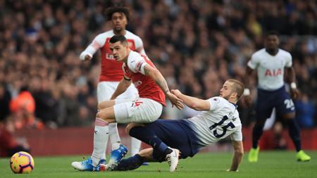 Bintang Tottenham Hotspur, Eric Dier, mendapat dukungan moril dari Frank Lampard setelah kedapatan berkonfrontasi dengan penonton di tribun. - INDOSPORT
