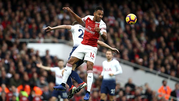 Aubameyang berusaha memenangkan duel udara di pertandingan Arsenal vs Tottenham Hotspur Copyright: Getty Images