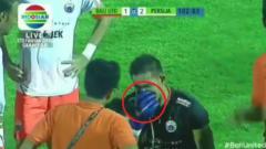 Indosport - Kiper Persija Jakarta, Andritany Ardhiyasa sesak napas saat laga vs Bali United.