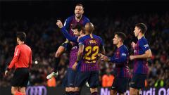 Indosport - Para pemain Barcelona turut merayakan gol Pique