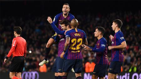 Para pemain Barcelona turut merayakan gol Pique - INDOSPORT