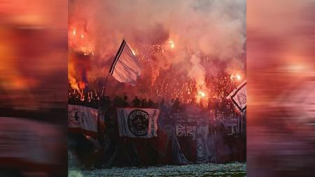 Flare dinyalakan beberapa kali saat pertandingan Bali United. - INDOSPORT