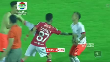 Momen Lilipaly dengan Riko usai Persija kalahkan Bali United. - INDOSPORT