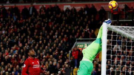 Jordan Pickford memberi kesempatan bagi Divock Origi mencetak gol di laga Liverpool vs Everton, Minggu (02/12/18) - INDOSPORT