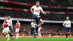 Indosport - Selebrasi striker Tottenham Hotspur, Harry Kane usai mencetak gol ke gawang Arsenal.
