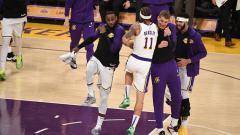 Indosport - Selebrasi para pemain LA Lakers saat berhasil kalahkan Phoenix Suns.