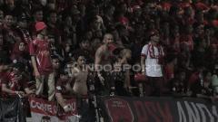 Indosport - Suporter PSM Makassar yang memadati tribun mendukung klub kesayangannya.