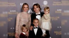 Indosport - Luka Modric bersama keluarganya saat di red carpet Ballon d'Or.