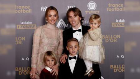 Luka Modric bersama keluarganya saat di red carpet Ballon d'Or. - INDOSPORT