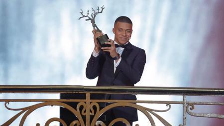 Kylian Mbappe saat menerima piala Trophee Kopa di acara Ballon d'Or. - INDOSPORT