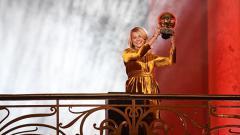 Indosport - Pesepak bola wanita asal Norwegia, Ada Hegerberg menerima piala FIFA Women's Ballon d'Or.