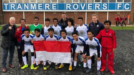 Supriadi Saat Berfoto dengan pemain Akademi Tranmere Rovers - INDOSPORT