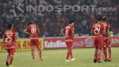 Indosport - Pemain Persija Jakarta tertunduk lesu