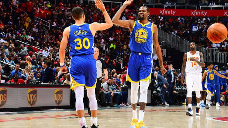 Stephen Curry dan Kevin Durant, 2 aktor kemenangan Golden State Warriors atas Atlanta Hawks. Copyright: INDOSPORT