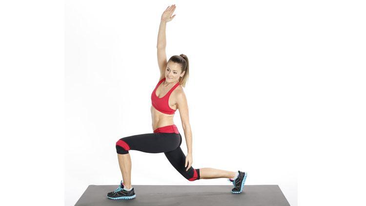 Peregangan otot dengan cara Side Stretch. Copyright: PopSugar
