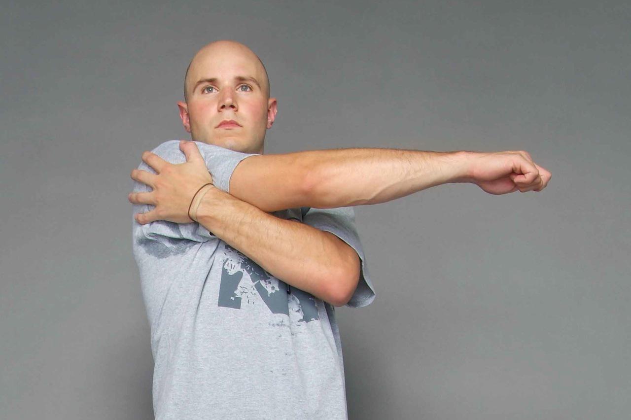 Peregangan otot dengan cara Shoulder Stretch. Copyright: INDOSPORT