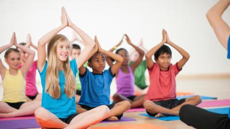 Gerakan anak kecil saat sedang yoga. - INDOSPORT