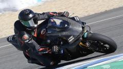 Indosport - Aksi Hamilton saat menjajal motor Yamaha World Superbike di Jerez Spanyol