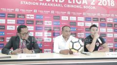 Indosport - Press Conference pelatih Kalteng Putra, Kas Hartadi (tengah) & Dendi Agustan (kanan) usai membawa timnya promosi ke Liga 1 2019
