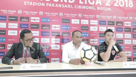 Press Conference pelatih Kalteng Putra, Kas Hartadi (tengah) & Dendi Agustan (kanan) usai membawa timnya promosi ke Liga 1 2019 - INDOSPORT