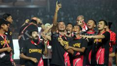 Indosport - Penyerahan piala kepada juara Liga 2, PSS Sleman
