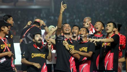 Pemain PSS Sleman melakukan selfie di stadion Pakansari.