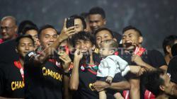 Penyerahan piala kepada juara Liga 2, PSS Sleman