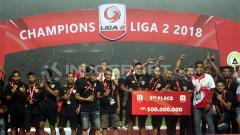 Indosport - Penyerahan hadiah kepada tempat ketiga Liga 2, Kalteng Putra.
