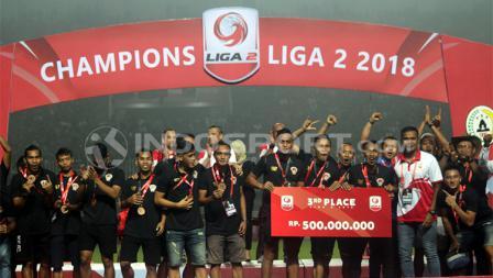 Momen PSS Sleman menerima penghargaan sebagai juara.