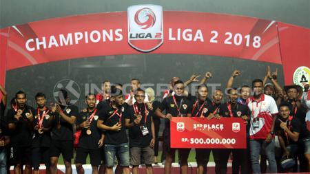 Penyerahan hadiah kepada tempat ketiga Liga 2, Kalteng Putra - INDOSPORT