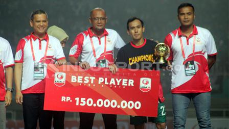 Ichsan Pratama menerima penghargaan sebegai pemain terbaik Liga 2 musim ini.