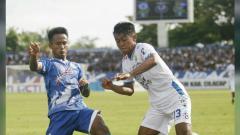 Indosport - Aksi Febri Haryadi di laga PSCS Cilacap vs Persib Bandung