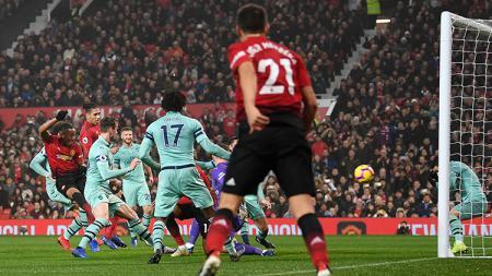 Anthony Martial saat membobol gawang Arsenal. - INDOSPORT