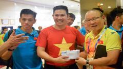 Indosport - Pelatih Timnas Vietnam, Park Hang-seo, saat menerima bonus dari perusahaan elektronik.